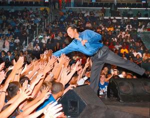 """Hyun Jin Moon, fiul liderului sectei Moon, fondatorul """"Serviciului Pentru Pace"""", cântă la un eveniment organizate de """"Service for Peace"""". Washington, 26 iunie 2002."""