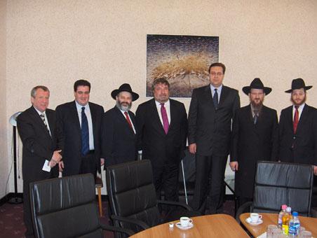 Alexandr Picevski, preşedintele Comunităţii Evreieşti din Moldova, primul din stânga, Emanuel GRINŞPUN, al doilea din stânga